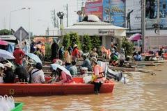 NAKHONSAWAN - 15 OTTOBRE: La gente che vive nell'area, ha un'alta inondazione Immagini Stock Libere da Diritti