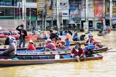 NAKHONSAWAN - 15 OTTOBRE: La gente che vive nell'area, ha un'alta inondazione Immagine Stock