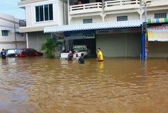 NAKHONSAWAN - 13 OTTOBRE: La gente che vive nell'area, ha un'alta inondazione Fotografia Stock Libera da Diritti