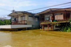 NAKHONSAWAN - 13 OTTOBRE: La gente che vive nell'area, ha un'alta inondazione Immagine Stock Libera da Diritti