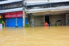 NAKHONSAWAN - 13 OTTOBRE: La gente che vive nell'area, ha un'alta inondazione Fotografie Stock Libere da Diritti