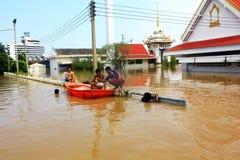NAKHONSAWAN - 13 OTTOBRE: La gente che vive nell'area, ha un'alta inondazione Immagine Stock
