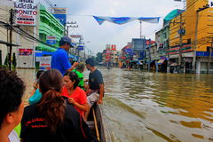 NAKHONSAWAN - 13 OTTOBRE: La gente che vive nell'area, ha un'alta inondazione Fotografie Stock