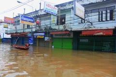 NAKHONSAWAN - 13 OTTOBRE: La gente che vive nell'area, ha un'alta inondazione Immagini Stock