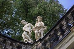 Nakna kvinnastatyer nära Theaterplatz Arkivfoto
