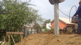 Nakon Pathom,泰国- 2017年6月28日:在建造场所、有操练深坑2的钻子设备的小组工作者和反向铲 股票视频