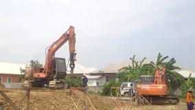 Nakon Pathom,泰国- 2017年6月28日:在建造场所、有操练深坑2的钻子设备的小组工作者和反向铲 股票录像