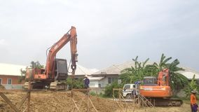 Nakon Pathom, THAÏLANDE - 28 juin 2017 : Au chantier de construction, au groupe du travailleur et à la pelle rétro avec un dispos banque de vidéos