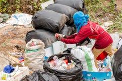 NAKONPANOM, THAÏLANDE - 22 AVRIL : Élimination des déchets municipale par l'ope Images stock