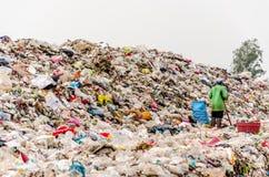 NAKONPANOM, THAÏLANDE - 22 AVRIL : Élimination des déchets municipale par l'ope Photographie stock libre de droits