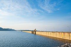 Nakorn Nayok, Tailandia - 16 de diciembre de 2015: La planta de Khun Dan Prakarn Chon Dam Hydropower es un proyecto de la coopera foto de archivo libre de regalías