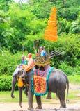 NAKORNPATHOM THAILAND, 20 Juni:  Olifanten en Myanmar strijders stock afbeeldingen