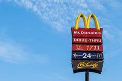 NAKORNPRATHOM- 7 DE ABRIL DE 2014: Logotipo de McDonalds en backgro del cielo azul Imagen de archivo libre de regalías