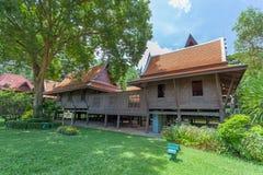 NAKORNPRATHOM THAILAND-AUGUST 25: Det stora huvudsakliga thailändska stilhuset var showen i Sanam Chandra Palace, var populärt fö Royaltyfri Foto