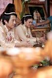 NAKORNRACHASIMA, TAILANDIA - JULIO: Pares no identificados en la ceremonia de boda en julio 21,2013 en Nakornrachasima, Tailandia. Imágenes de archivo libres de regalías