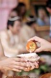 NAKORNRACHASIMA TAJLANDIA, LIPIEC, -: Niezidentyfikowana para w ślubnej ceremonii na Lipu 21,2013 w Nakornrachasima, Tajlandia. Bł Zdjęcie Stock