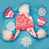 Nakrętka, rękawiczki na błękitnym tle Zdjęcia Royalty Free
