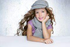 nakrętki mody dziewczyny litle szalika zima wełna Obraz Stock