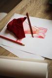 Nakreślenie czerwieni suknia malował na białego papieru i czerwieni tkaniny wzorze Zdjęcie Stock