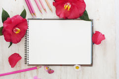 Nakreślenie książka, kwiaty i kolorów ołówki, Obrazy Stock