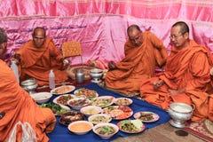 NAKRONPHATHUM THAÏLANDE - 6 JUILLET : Cérémonie de mariage le 6 juillet 2014, MOIS images stock