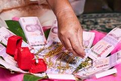 NAKRONPHATHUM THAÏLANDE - 6 JUILLET : Cérémonie de mariage le 6 juillet 2014, Tha image stock