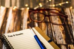 Nakrywa 5 celów na notatniku jako motywacyjny biznesowy pojęcie Zdjęcia Stock