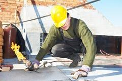 nakrywkowe odczuwane płaskiego dachu dekarstwa pracy Zdjęcia Stock