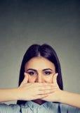 nakrywkowe ręki usta jej kobieta fotografia stock