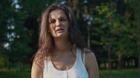 nakrywkowi tło ucho jej krótkopędu pracowniani białej kobiety potomstwa zdjęcie wideo
