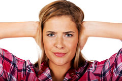 nakrywkowi tło ucho jej krótkopędu pracowniani białej kobiety potomstwa Słucha ne zła pojęcie Obrazy Royalty Free