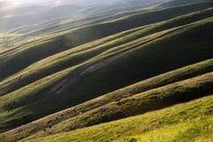 Nalati obszar trawiasty przy zmierzchem Zdjęcia Royalty Free