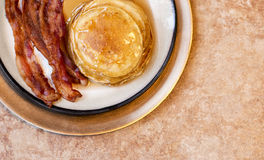 Naleśnikowy Bekonowy i jajko śniadanie na Złocistym talerzu Fotografia Stock