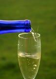 nalej wina na zewnątrz szkła fotografia stock