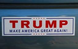 Nalepka na zderzak w poparciu dla kandyday na prezydenta Donald atut na pokazie zdjęcia stock