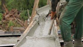 Nalewać betonową podstawę zbiory