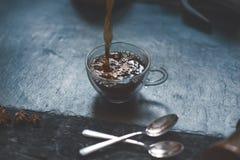 Nalewać kawę od francuz prasy kawowy kubek na kamieniu, ciemny tło zdjęcie royalty free