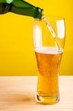 Nalewać świeżego piwo Zdjęcie Stock