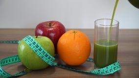 Nalewać Świeżego Zielonego Smoothie i owoc zbiory