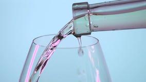 Nalewać białego wino, siwieje, slowmotion, zbliżenie zbiory wideo
