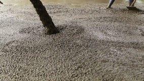 Nalewać cement podczas chodniczka zdjęcie wideo