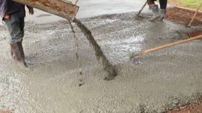 Nalewać cement podczas chodniczka zbiory wideo