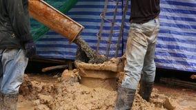Nalewać cementowy z stalowymi słupami zbiory