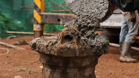 Nalewać cementowy z stalowymi słupami zdjęcie wideo