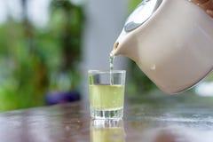 Nalewać gorącej zielonej herbaty Obrazy Stock