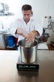 Nalewać i ważąca glikoza na przemysłowej skala dla słodkiej specjalności Zdjęcia Stock