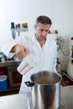 Nalewać i ważąca woda na przemysłowej skala dla craftsmanship specjalności Zdjęcia Royalty Free