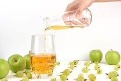 Nalewać jabłczanego sok w szkło Zdjęcie Royalty Free