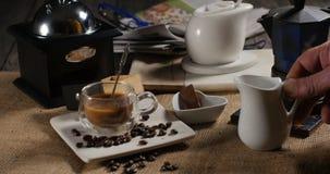 Nalewać mleko nad filiżanką kawy zbiory wideo
