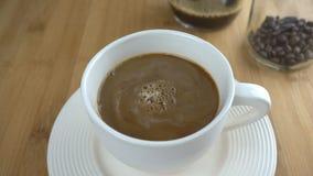 Nalewać mleko w filiżankę kawy zdjęcie wideo
